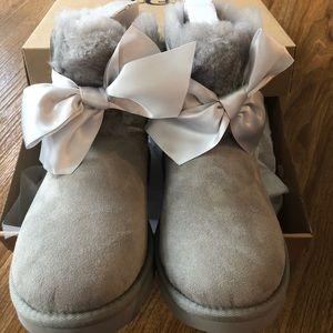 New in box UGG GITA Bow mini size 7 boots